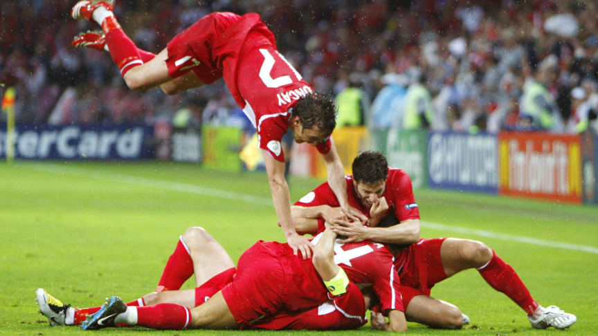 2008-06-14 22:42:00 Turkish players celebrate after Turkish forward Nihat Kahveci scored his team's third goal during the Euro 2008 final group A match Turkey vs. the Czech Republic on June 15, 2008 at the Stade de Geneve, in Geneva. Turkey won 3-2. AFP PHOTO / PAUL ELLIS -- MOBILE SERVICES OUT --